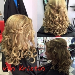 Frau mit Flechtfrisur lange Haare Locken. Frisur einer Frau mit brünetten langen Haaren mit Locken geflochten