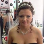 Braut mit langen brünetten Haaren . Frisur einer Braut mit Schleier in den langen brünetten Haaren mit Locken