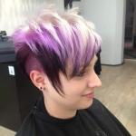 Frau Undercut Rainbow Color . Frisur Frau mit kurzen Haaren und Undercut mit Trendfarbe Rainbow Color lila und blond