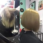 Frau mit blondem Bob. Frisur einer Frau mit kurzem Bob und blonden Haaren